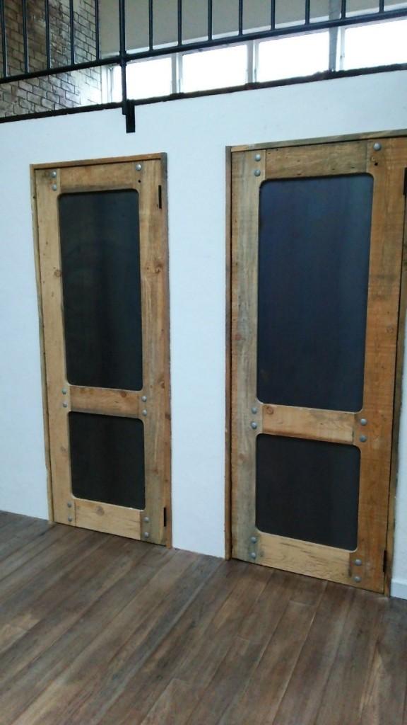 ブルーステイン材 荒々しい表情の個性派ドア 画像1