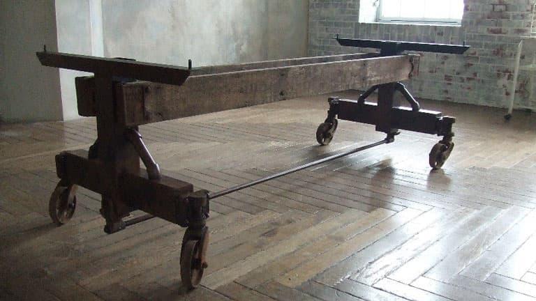 重厚感あふれる古材とアイアンのダイニングテーブル 画像3